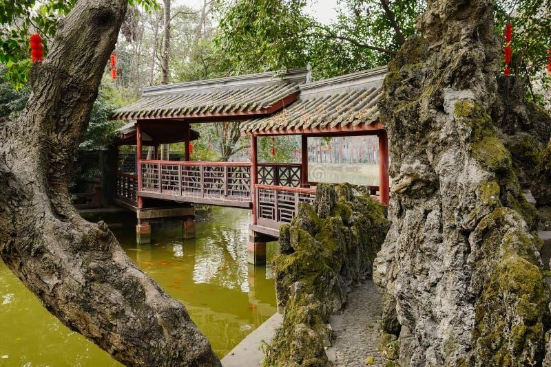Путь берега озера между деревом и rockery водит к галерее в sprin стоковые фотографии rf