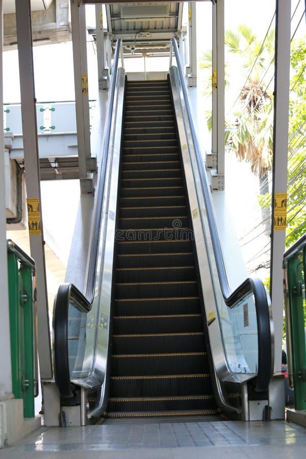 Путь вверх по эскалатору к skywalk стоковая фотография