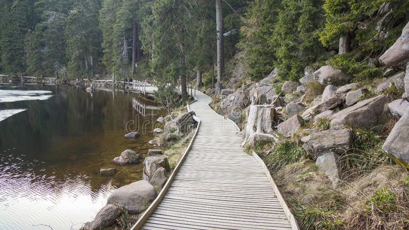 Путь деревянных планок круглый вокруг озера стоковые изображения