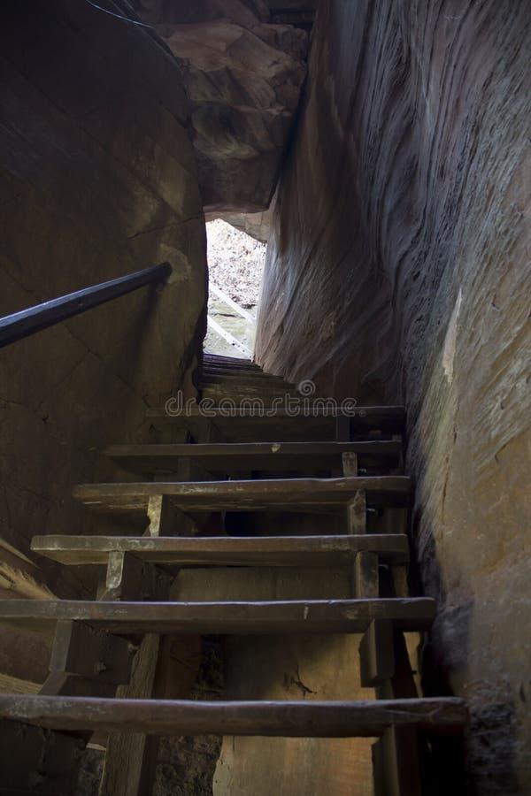 Путь лестниц деревянный к верхней части mountian стоковое фото rf