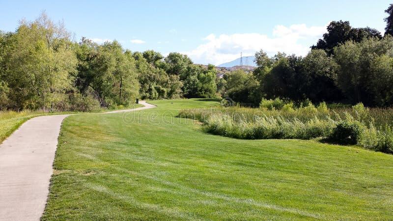 Путь и проход тележки на поле для гольфа сказаний, южной Калифорнии стоковые фотографии rf