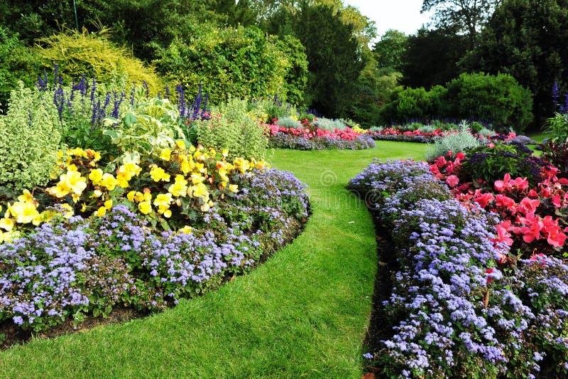 Путь и Flowerbeds сада стоковые изображения rf