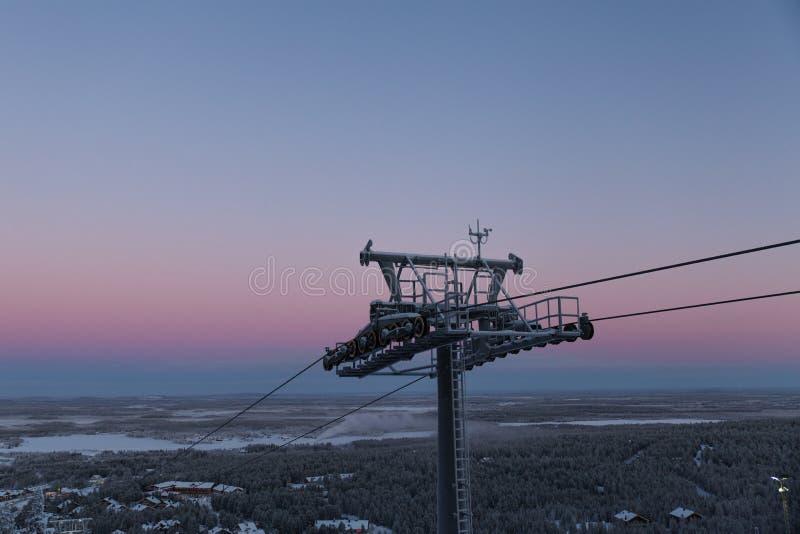 Путь кабеля в Финляндии Левии на предпосылке неба раннего утра стоковое изображение rf