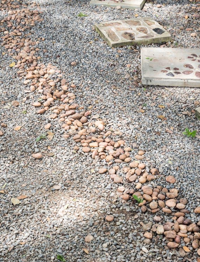 Путь камешков вдоль каменной дорожки стоковое фото rf