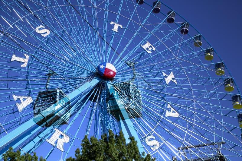 Путь колеса и неба Ferris на положении справедливом стоковое фото