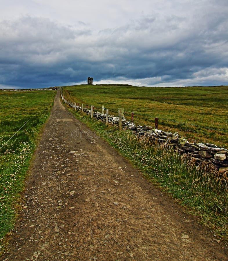 Путь к башне Moher вдоль скал Moher стоковые фотографии rf