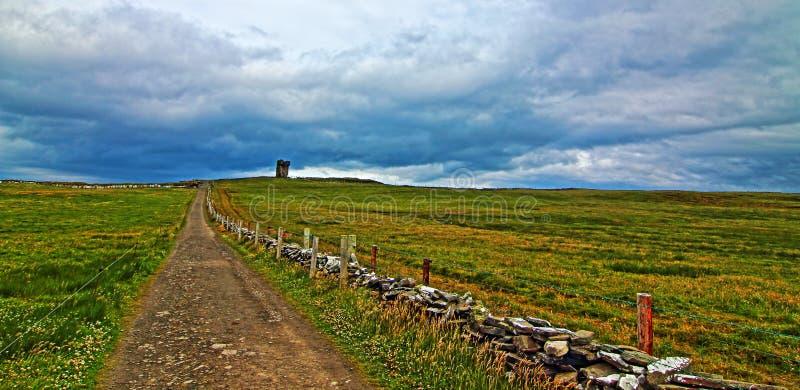 Путь к башне Moher вдоль скал Moher стоковое фото