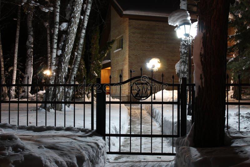 Путь к дому на ноче стоковая фотография rf