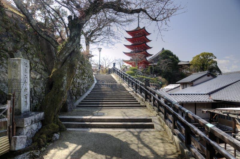 Путь к пагоде на острове Miyajima, Японии стоковое фото