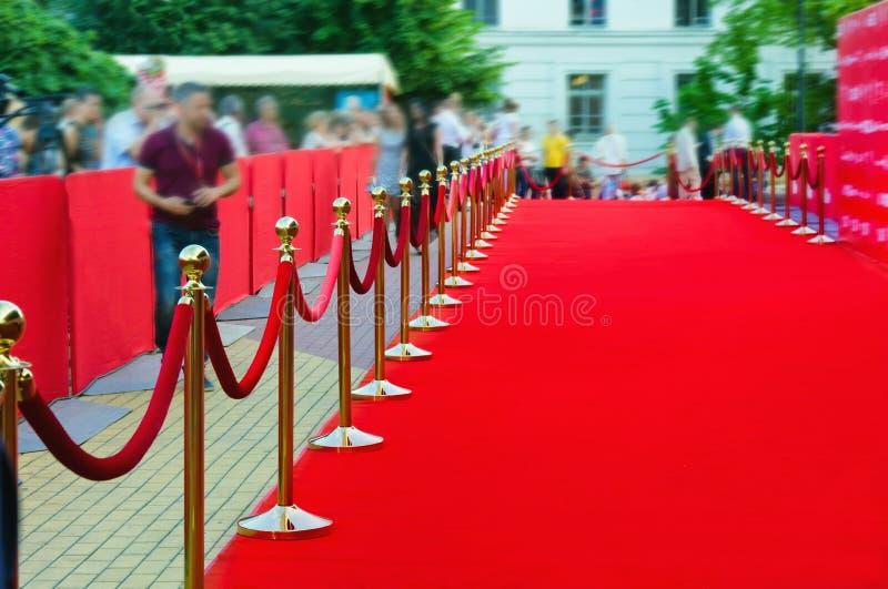 Путь к успеху на красном ковре (веревочка барьера) стоковые изображения