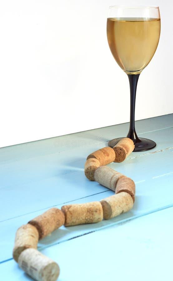 Путь к чашке бокала от пробочек стоковое изображение