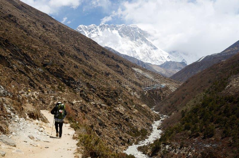Путь к южному базовому лагерю Эвереста в Гималаях, Непале стоковая фотография