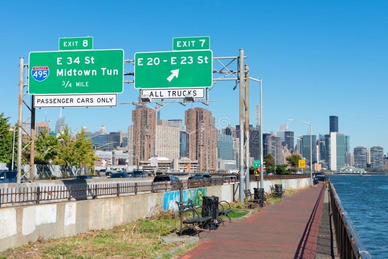Путь между Восточной рекой и FDR Drive к центру Манхэттена стоковые изображения