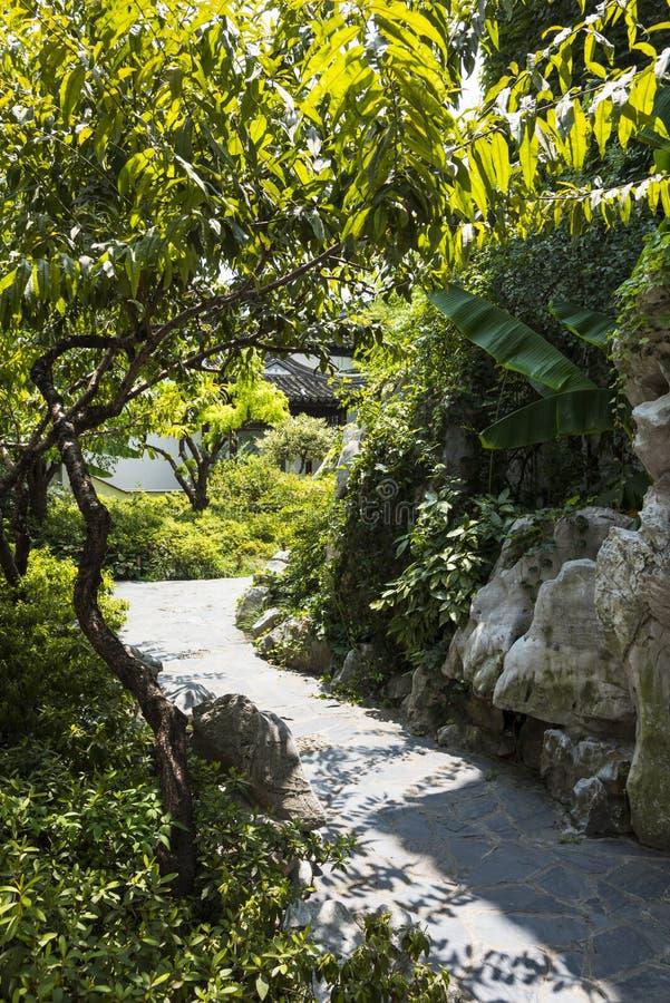 Путь между rockery и деревьями стоковые фото