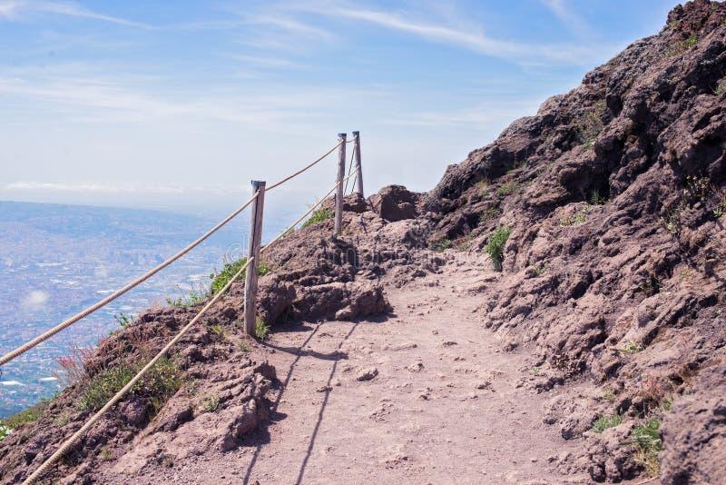 Путь ноги вверх по краю горы/vulcano, Mt Vesuvius Италия, стоковые изображения rf