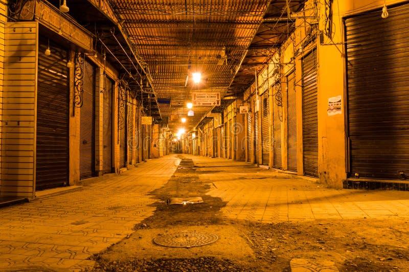 Путь переулка в Marrakech с закрытыми магазинами на ноче стоковое фото