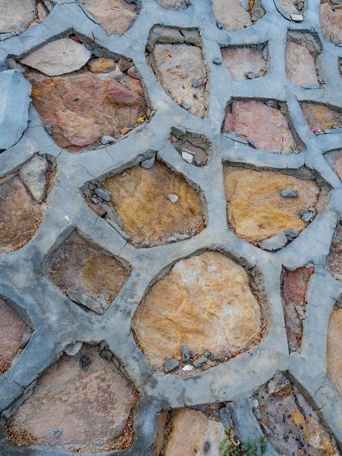 Путь покрытых камней с цементом в саде Медитативная каменная дорожка Архитектура сада, аксессуар тропы стоковое изображение