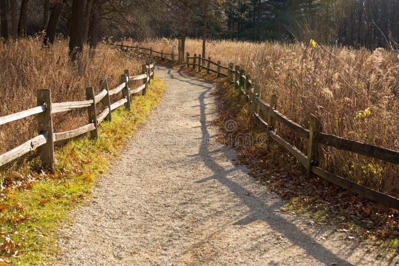 Путь природы с загородкой splitrail на маленьком красном центре природы здания школы стоковое изображение