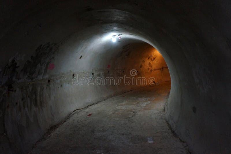 Путь прогулки атмосферы внутри открытого тоннеля построенного с бетоном цемента стоковые изображения