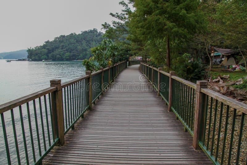 Путь прогулки от древесины для прогулки в озере луны солнца на Тайване стоковые изображения
