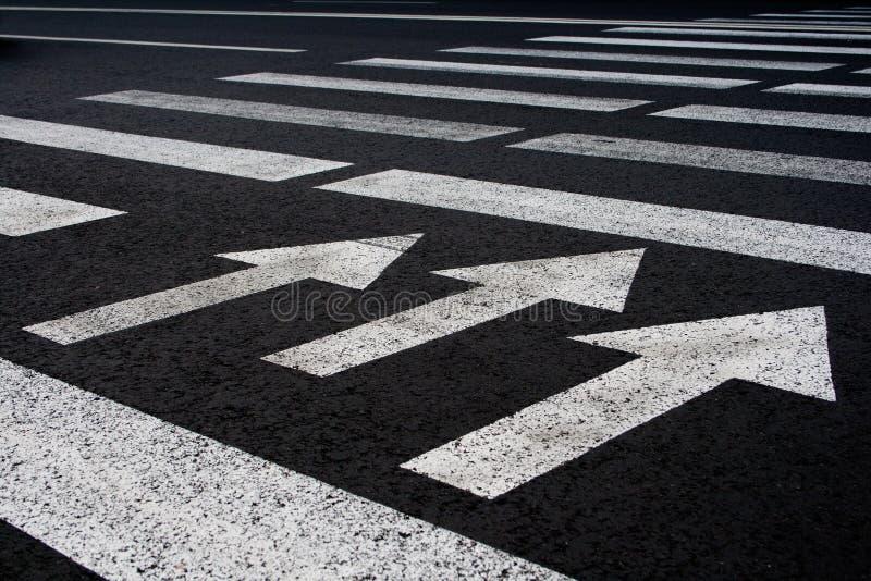 Download Путь прогулки движения зебры с предпосылкой стрелок Стоковое Изображение - изображение насчитывающей ограничение, concept: 41653175