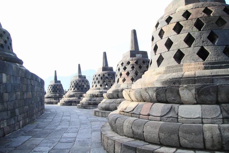 Путь с каменными колоколами на Borobudur стоковое фото