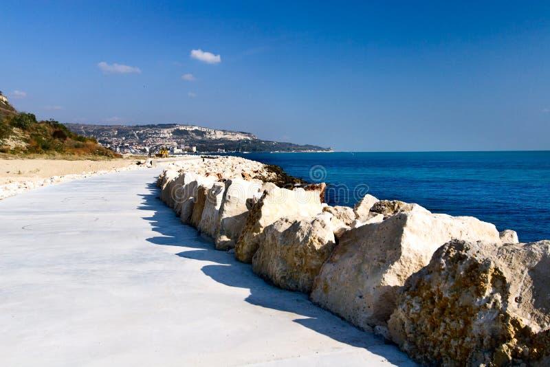 Путь для пешеходов на побережье Чёрного моря в городке Balchik стоковая фотография rf