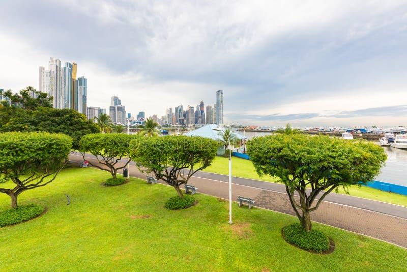 Путь Cinta Costera пешеходный смотря на море и сады Панаму стоковые изображения