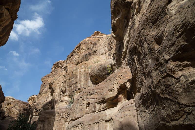 путь 1.2km длинный (Siq) к городу Petra, Джордану стоковое фото