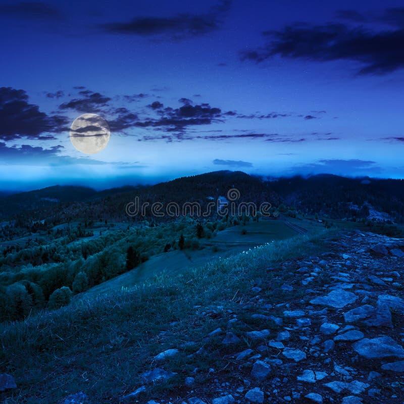 Download Путь Na Górze луга горы на ноче Стоковое Фото - изображение насчитывающей green, напольно: 40580546