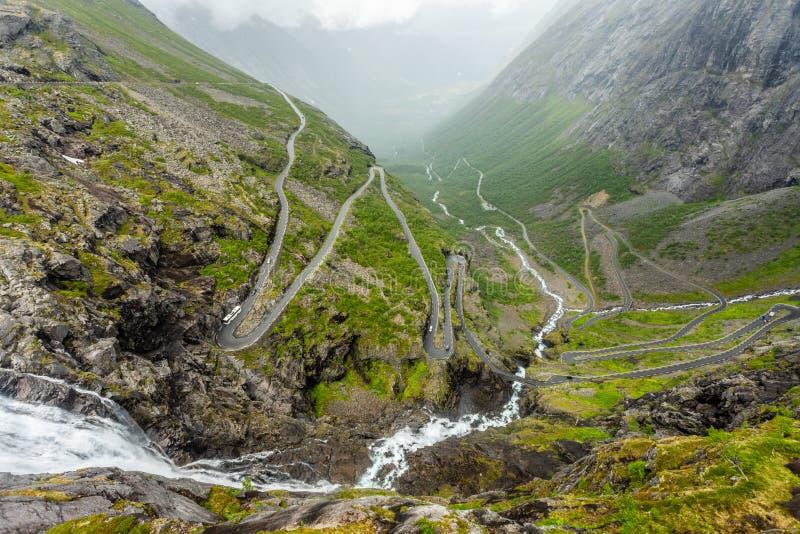 Путь trolles, изогнутая дорога через гору, Trollstigen, муниципалитет Rauma, больше og Romsdal, графство, Норвегию стоковое фото rf