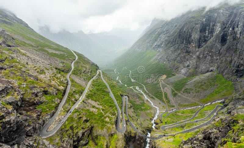Путь trolles, изогнутая дорога через гору, Trollstigen, муниципалитет Rauma, больше og Romsdal, графство, Норвегию стоковые фотографии rf