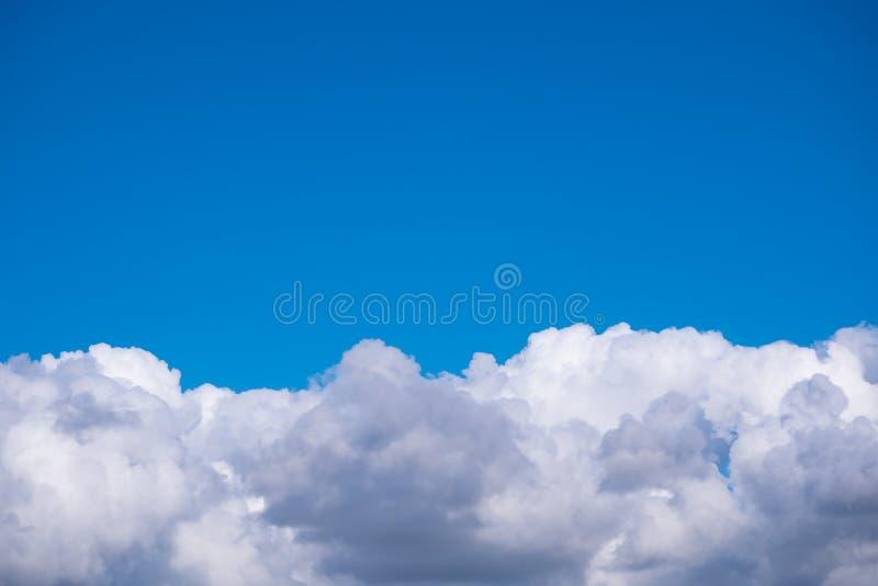 Пушистые белые облака против темносинего неба летом стоковая фотография rf