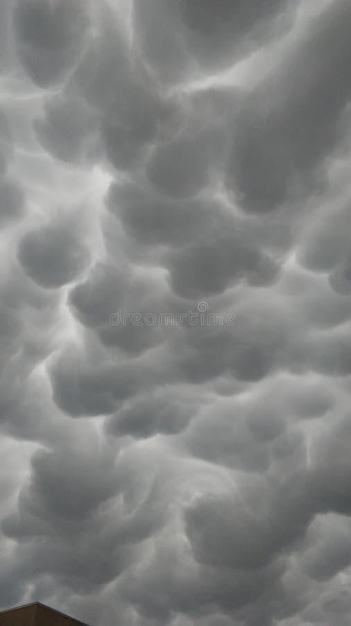 Пушистые серые ненастные облака стоковая фотография
