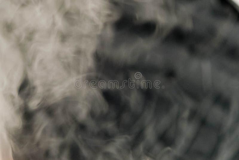 Пушистые слойки дыма и тумана на черной предпосылке стоковые фотографии rf