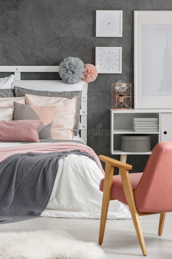 Пушистые pompoms на bedheads стоковое изображение