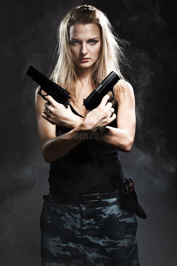 Пушка удерживания женщины с дымом стоковые изображения rf