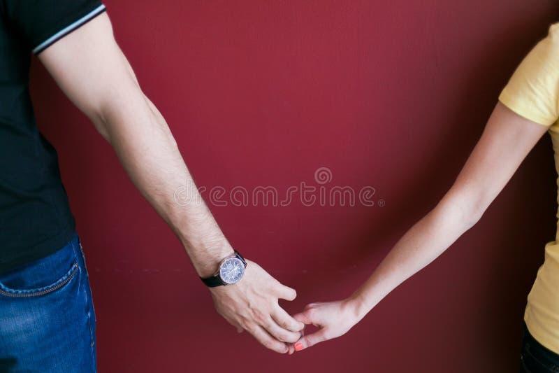 пуща пар вручает влюбленность стоковые фотографии rf
