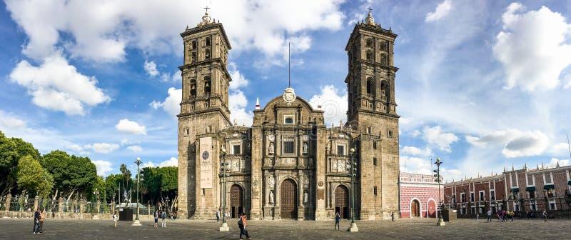 Пуэбла, Мексика - 31-ое октября 2018 Панорамное фото главного собора стоковые изображения