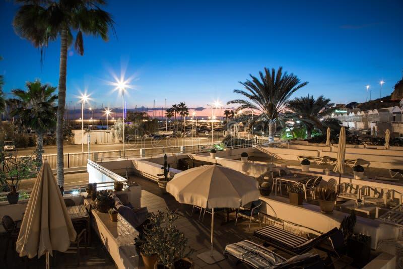 Пуэрто-Рико, Gran Canaria в Испании - Desember 15, 2017: взгляд ночи от балкона в гостинице Portonovo в Puerto стоковое изображение