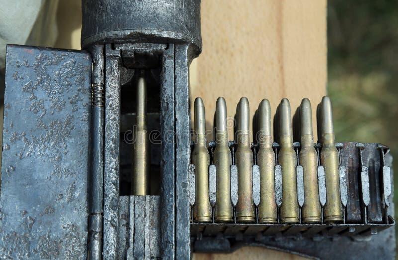 Пулемет армии с пулями во время тренировок войны стоковые изображения rf