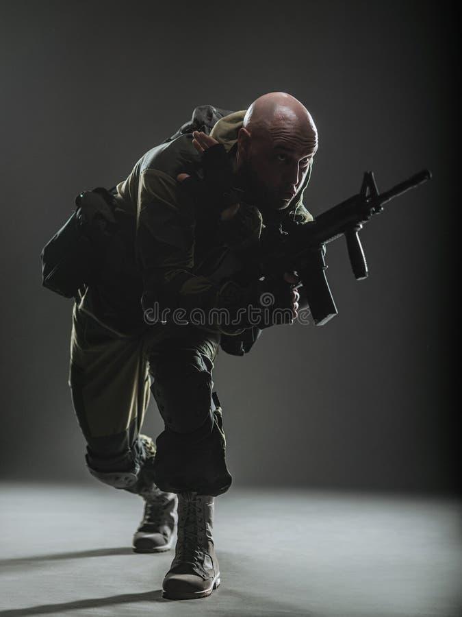 Пулемет владением человека солдата на темной предпосылке стоковые фотографии rf