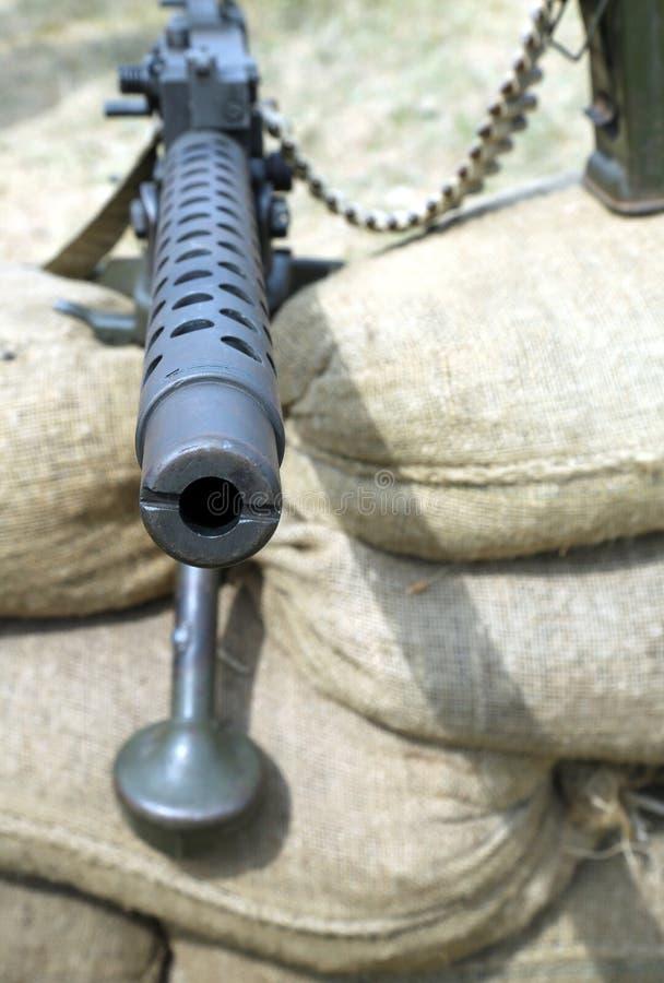 Пулемет с пулями над мешками с песком в войне канавы стоковые изображения rf
