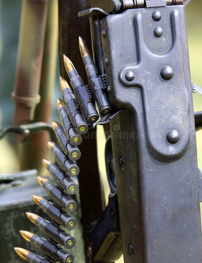 Пулемет с пулями прокладки и армией боеприпасов стоковое изображение rf