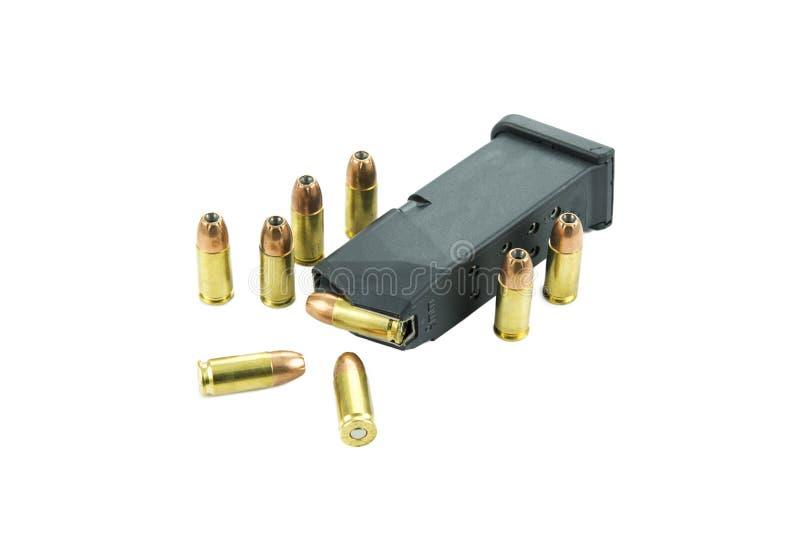 пули и кассета 9mm изолированные на белой предпосылке стоковое изображение