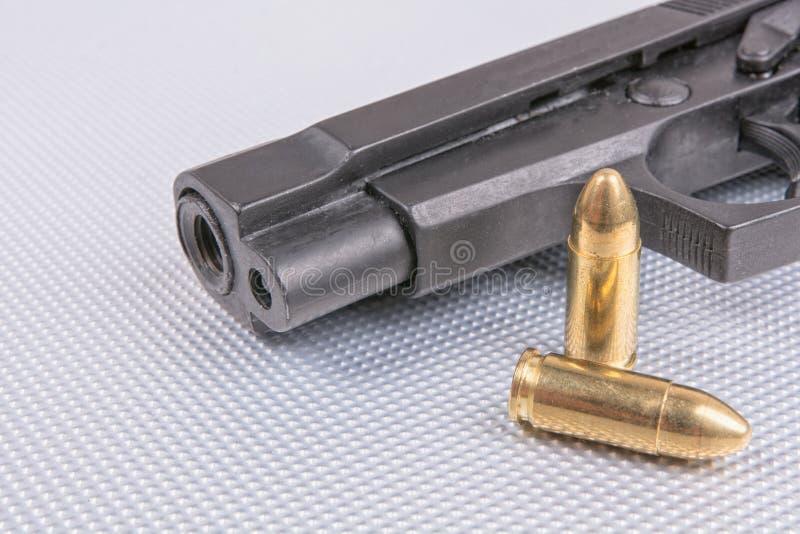 Пули и оружие на алюминиевой предпосылке стоковые изображения rf