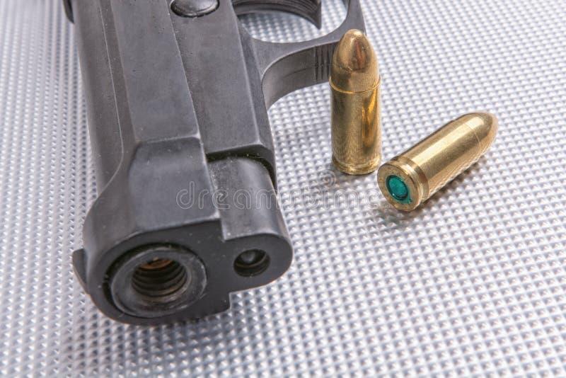 Пули и оружие на алюминиевой предпосылке стоковые фото