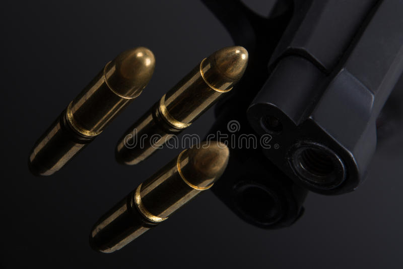 Пули и оружие на черной предпосылке стоковое изображение rf