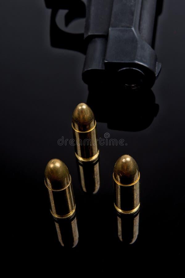 Пули и оружие на черной предпосылке стоковое фото rf