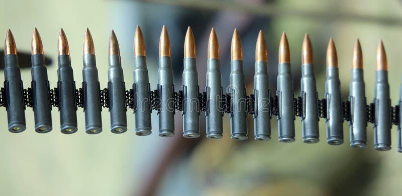 Пули пулемета готовые быть увольнянным во время тренировки войны стоковые фото